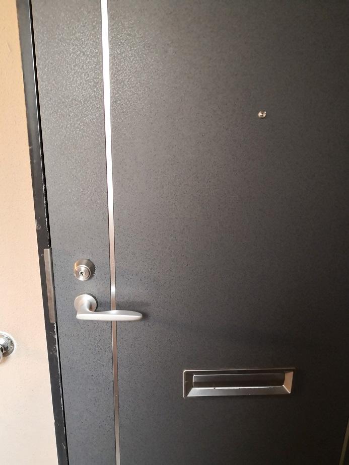 二階玄関にはマンション玄関に使用される軽量スチールドア(LSD)にMIWAのLSPがついています。