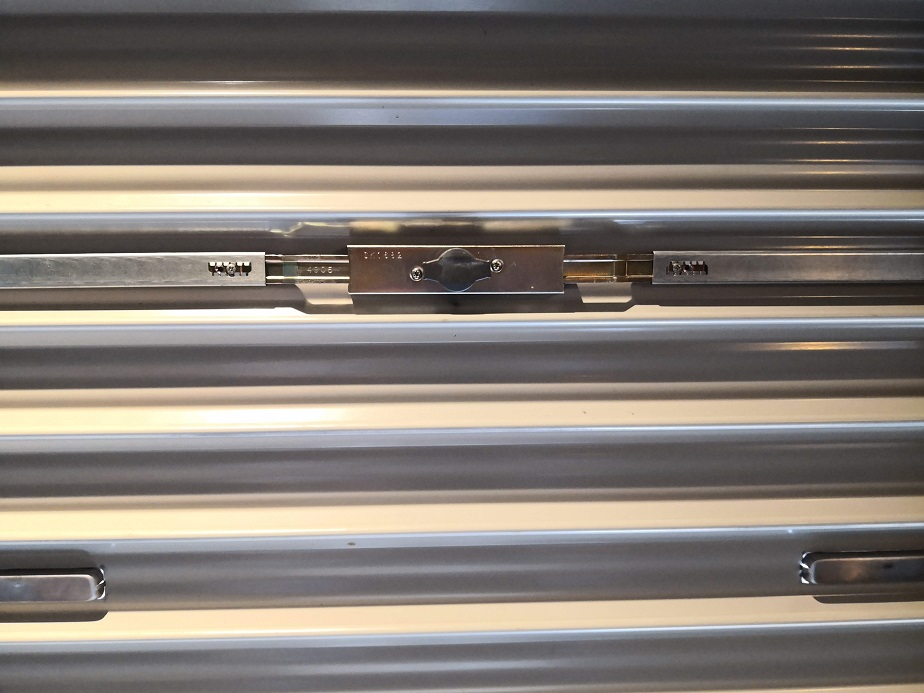 内側からは黒いサムターンを半回転させて施解錠します。