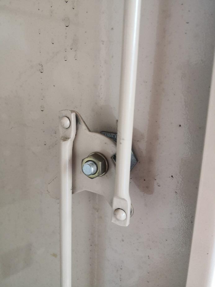 これが回る事で上下にアームが伸びて施錠されます。