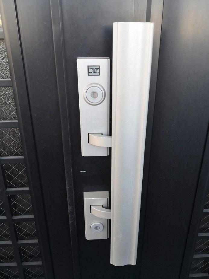 トステムのプッシュプル錠にSHOWA WXシリンダーがついています。