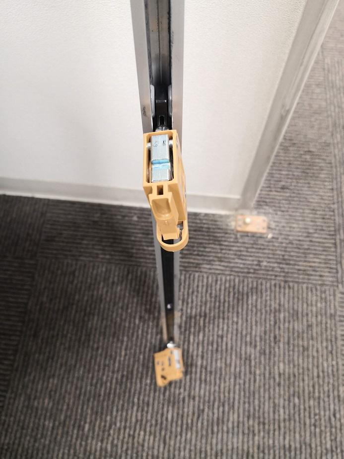 戸先にはソフトクローザー用のトリガーがついていて外せないので戸尻側から外します。