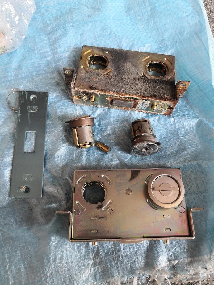 錠ケースとシリンダーも錆びてボロボロです。