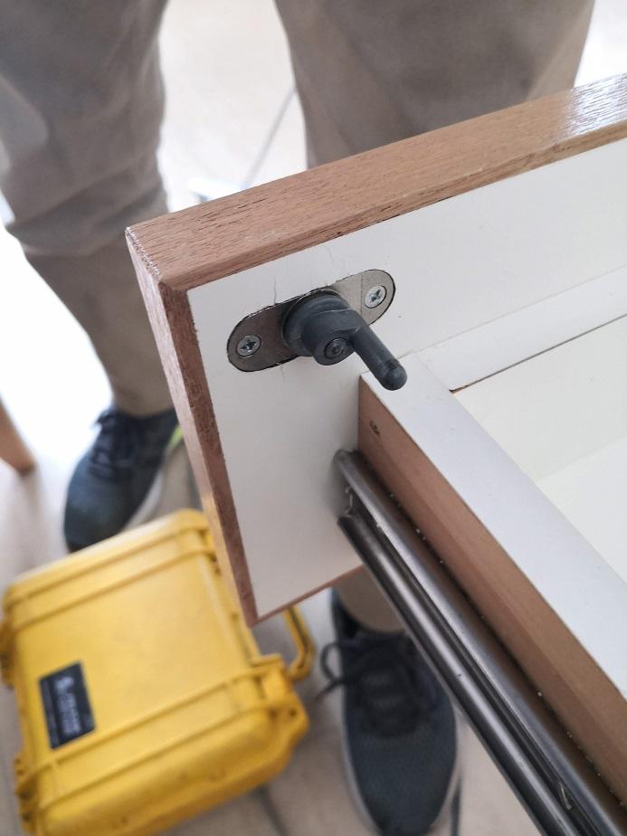 シリンダー後ろの棒が半回転することで引き出しが三段とも施錠されます。