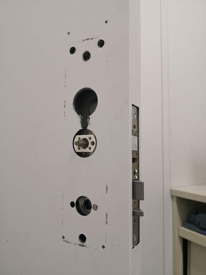 ビスの締め付けでドアがたわみ作動不良を起こさないようにサムターン側に付属のスペーサーを挟み込みます。