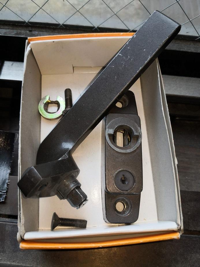 ハンドルを固定している鋳物部品が割れて取れてしまっています