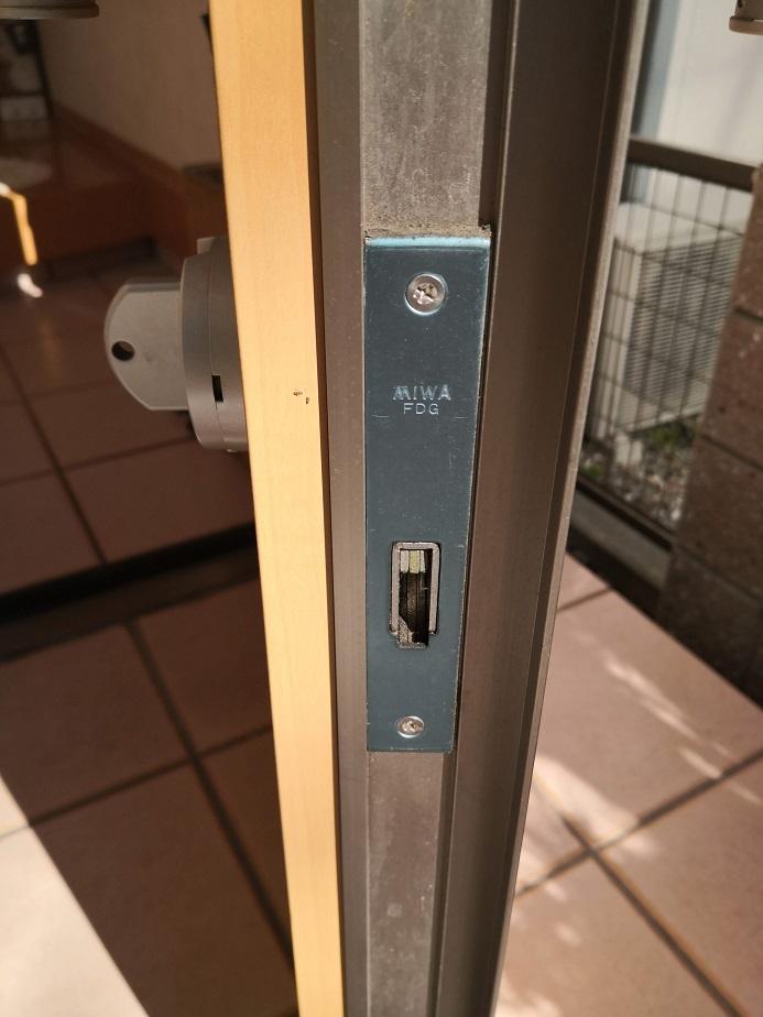 上下の鎌デッド本締錠の刻印はMIWA FDG
