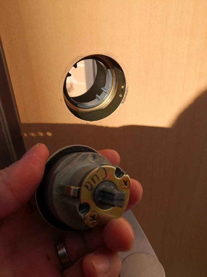 自動ドア用のDGに似た形状をしています。二個同一で鍵5本付き。