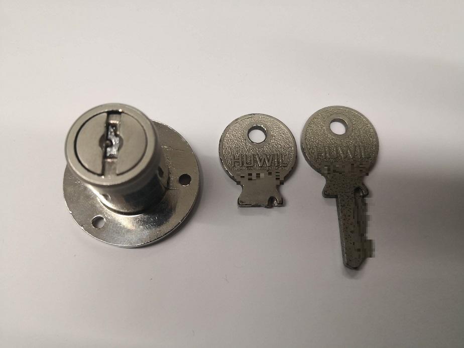左の鍵穴に折れた鍵の断面が見えます