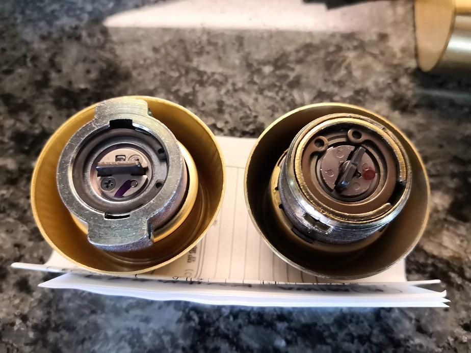 右が既設錠ALRのシリンダーでねじ込みタイプ、新しいシリンダーはピン留めタイプ