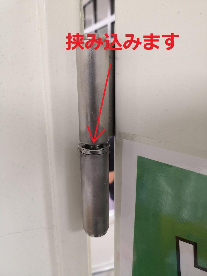 調整金具を入れたらポンプの空気を抜くとドアが元に戻り調整金具が外れなくなります。
