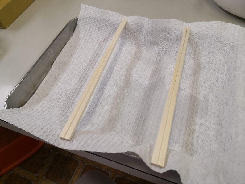 バットに割り箸を渡して