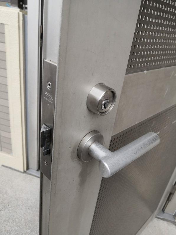 外側レバーは固定のため下げらないようになっており、手前に引くための把手として使用します