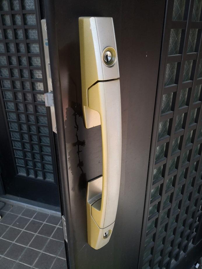 室外側プッシュプルハンドルは色褪せてゴールド色なのかシルバー色なのか判別しにくいレベルです。