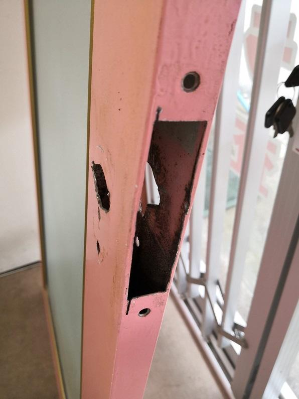 この錠前をつけた人は随分ワイルドな方のようですね。グラインダーで雑に切っているところが目に浮かびます。