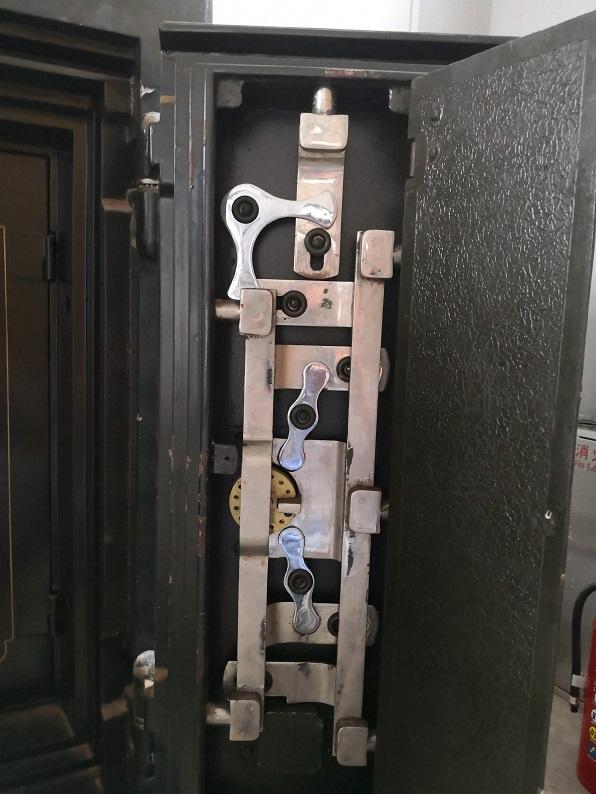 デッドボルトは、戸尻2本、上1本、戸先3本の計5か所から出ます。