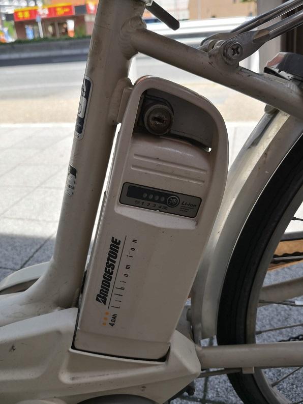 バッテリーにはブリヂストン(Bridgestone)のシールが貼ってあります。