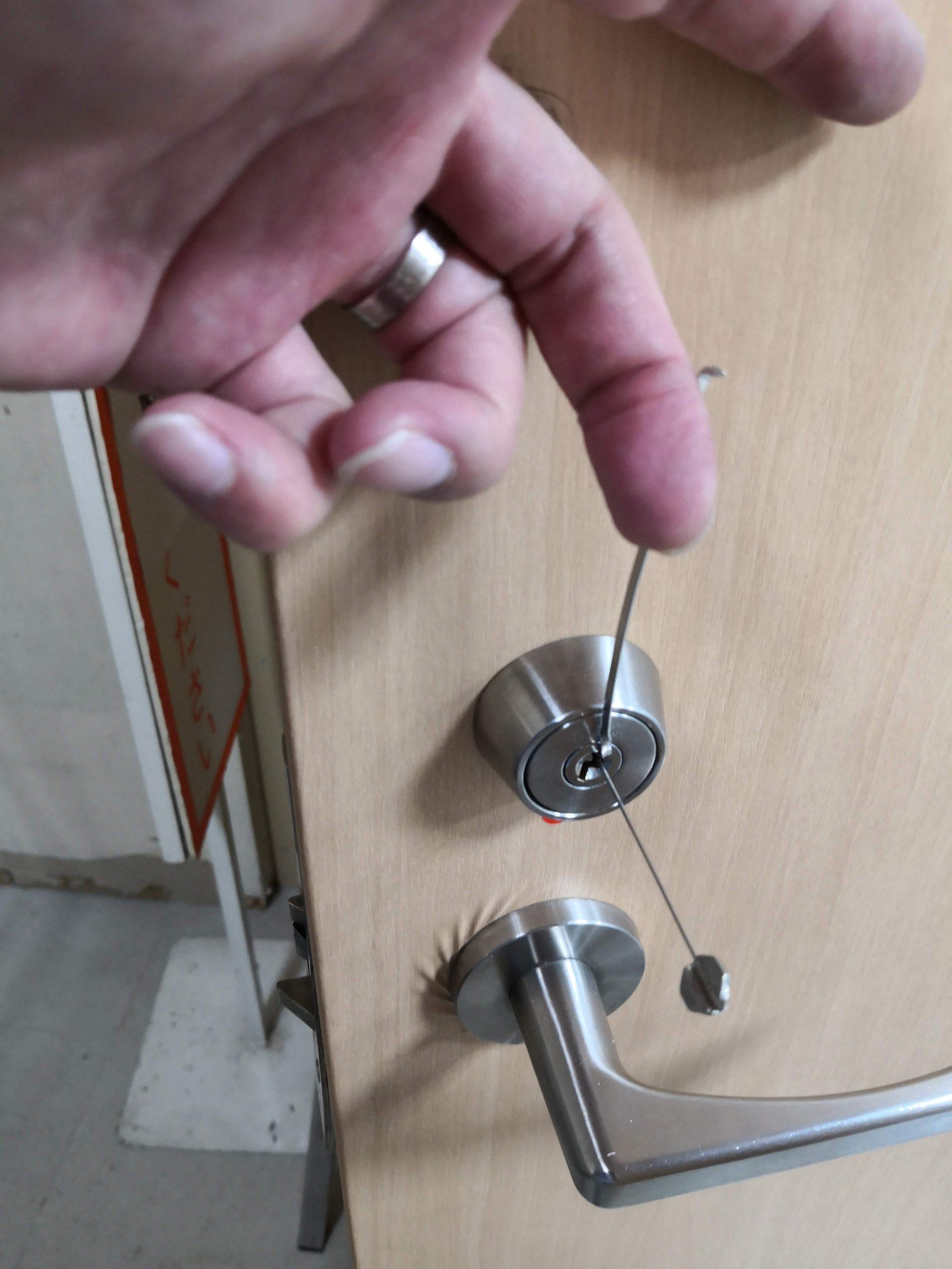 これくらい回すとラッチが引っ込んで解錠します。