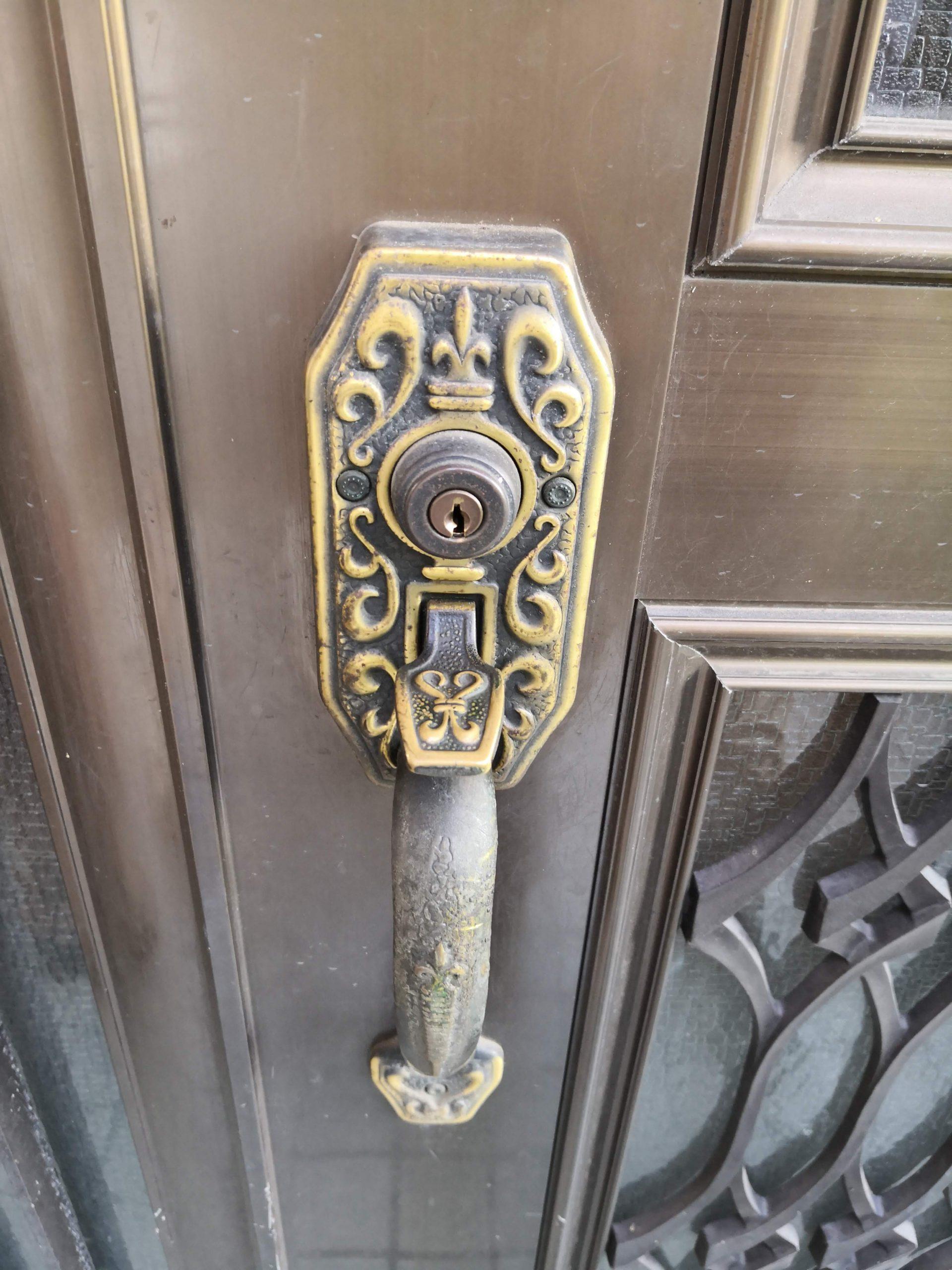 室外側はサムラッチ装飾錠です。