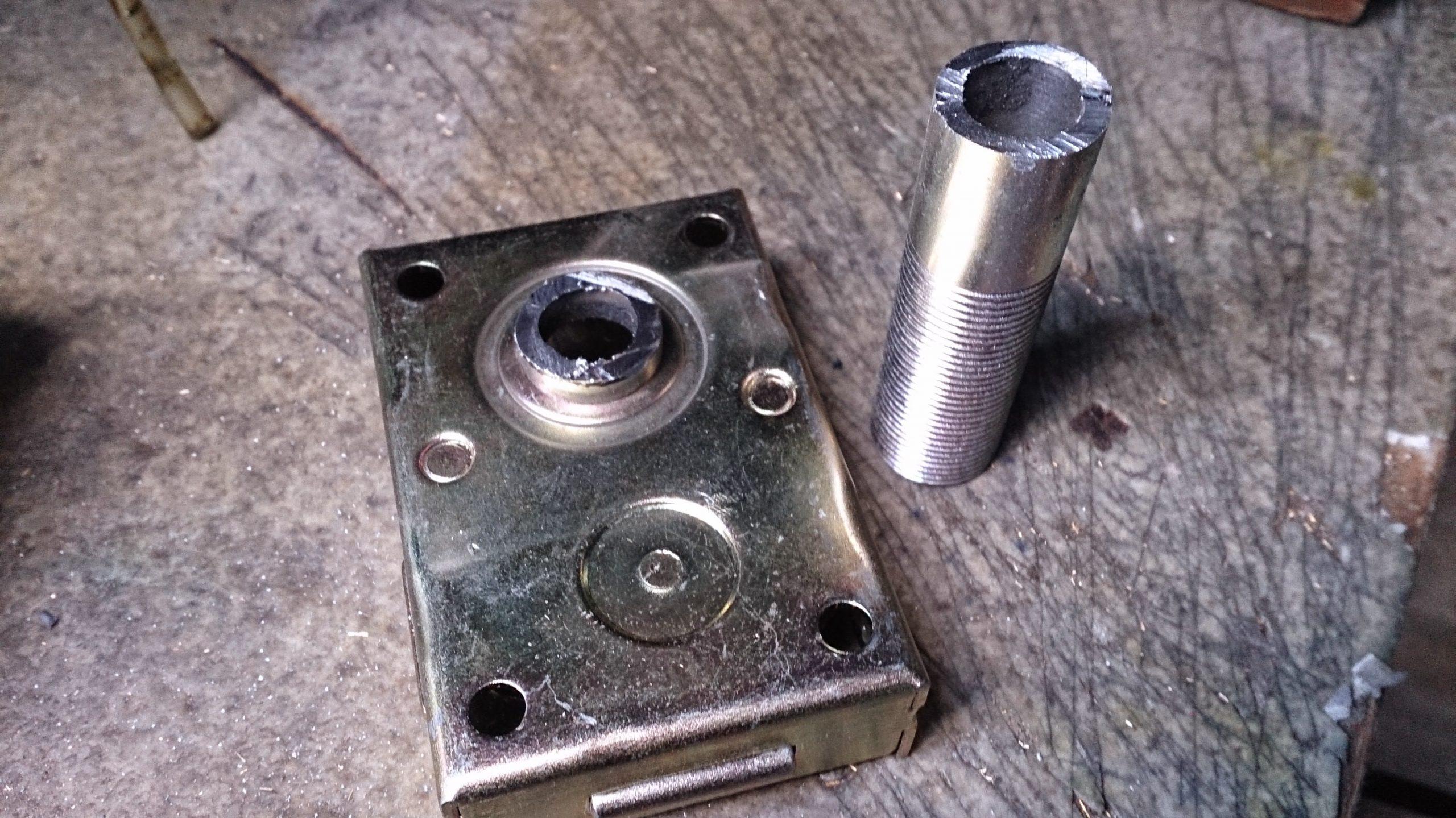新品の業務用ダイヤル錠(エール錠)の軸が通る筒を豪快にぶった切ります。切った後にうまく取付けできなかったら目も当てられないな・・・