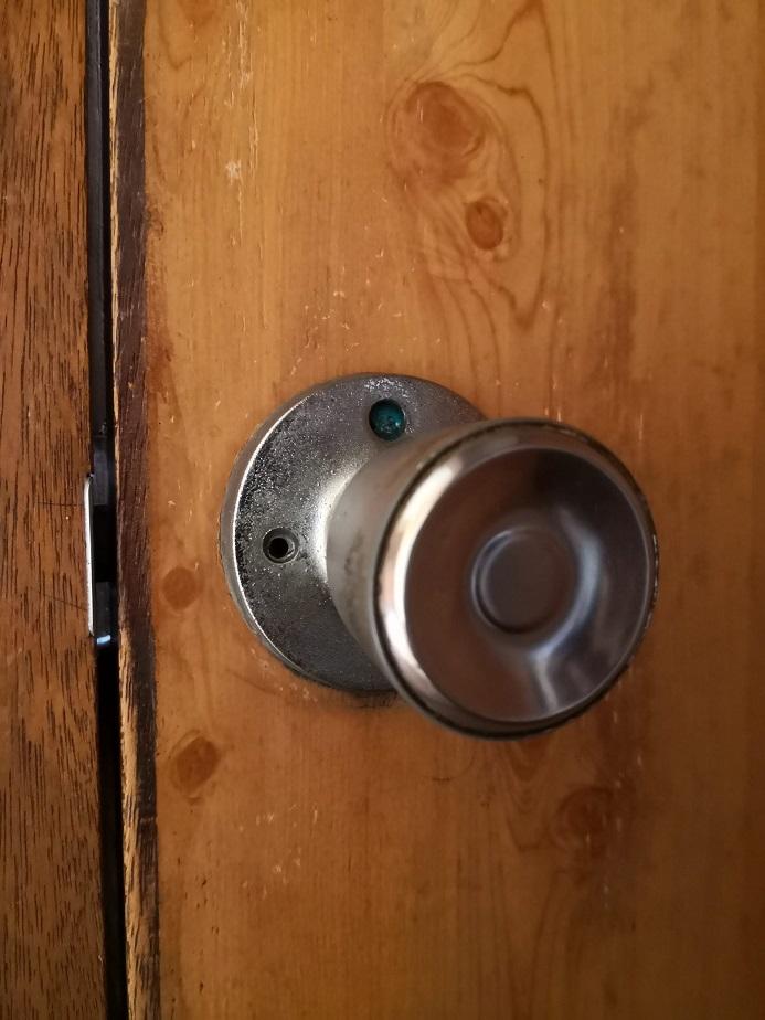 ドアノブ上部に表示部分があります。解錠を示す青色になってますが開きません。