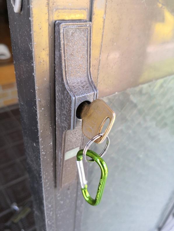 古いアルファの引違い錠で押し回しタイプです。