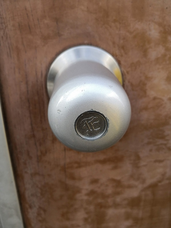中央のくぼみにマグネットキーを当ててひねると開錠します。