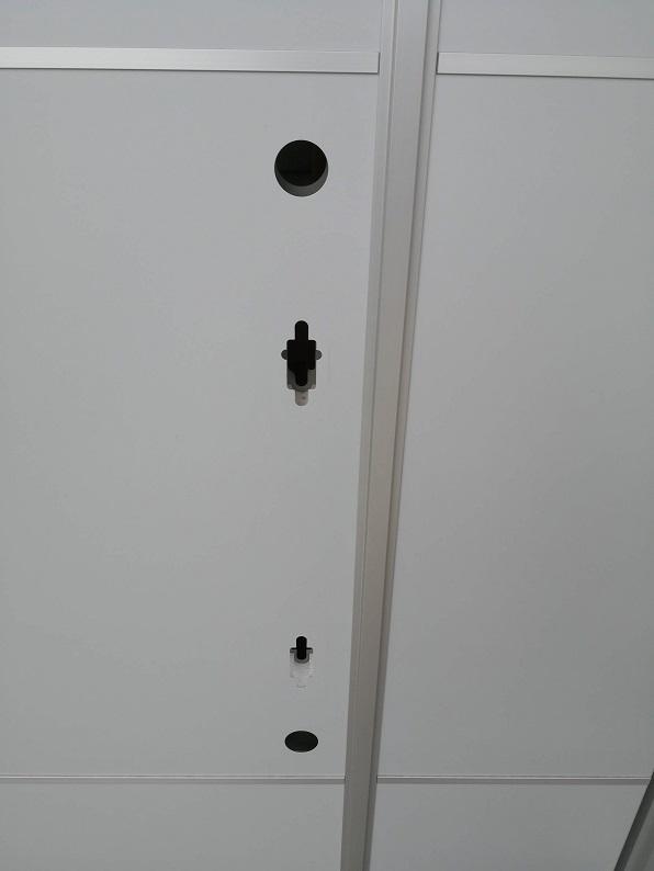 錠前を全て取っ払ったところ。扉内には断熱材の発報スチロールがしっかり入っています。