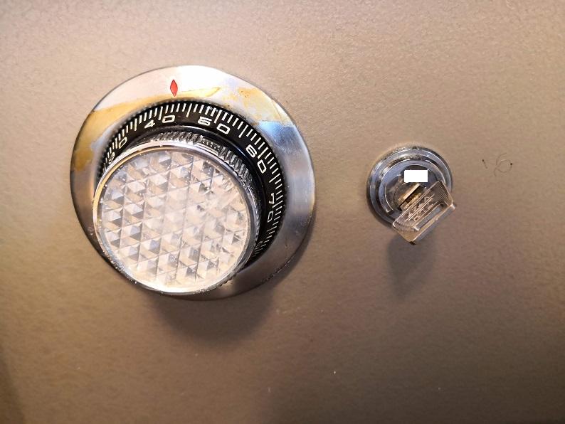 鍵で回してもダイヤルのディスクが邪魔しているのでピッキングと同じ45度までしか回りません。