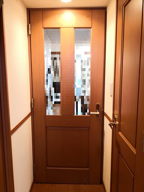 ドアの上部が下がって枠に当たりドアを閉めることができません。