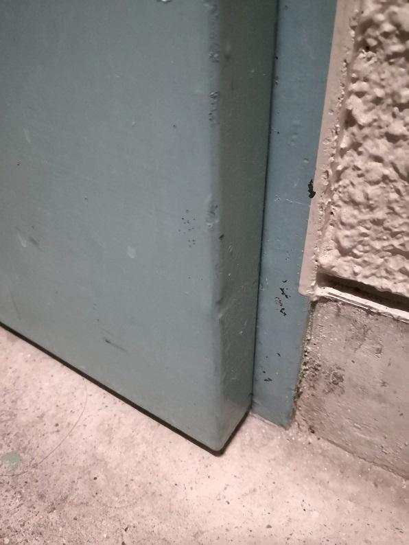 ドアの戸先下側が枠に当たっています。