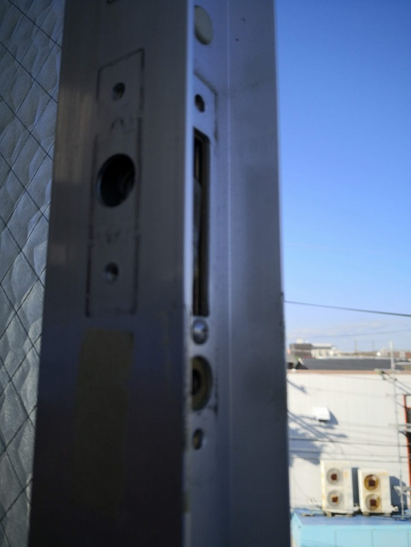 こんな感じで錠ケースが埋め込まれているので窓を外さないと交換ができません。