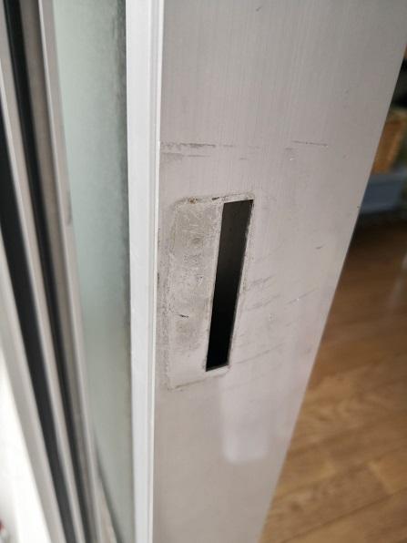 通常は小さく2点だけ穴が開いている場合が多いんですがこちらはがっつり開いています。