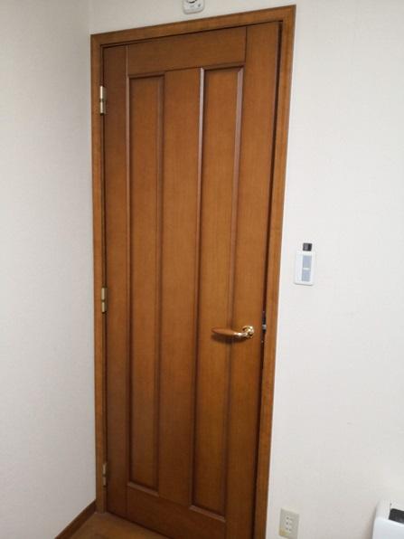 オシャレな木製ドアです。