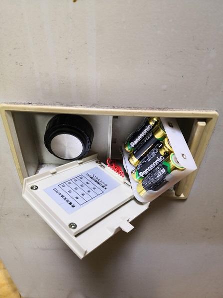 テンキー部分を外すと電池が交換できます。