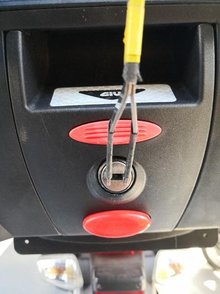 右に90度回せば解錠状態になるので赤いボタンを押せば開きます。
