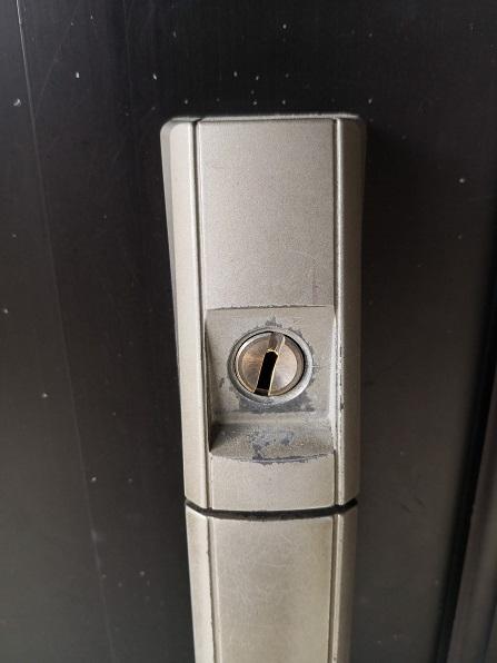 シリンダーが5度ほど傾いて鍵がささりません