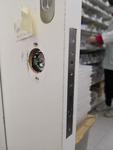 まずは錠ケースを入れ替えます。