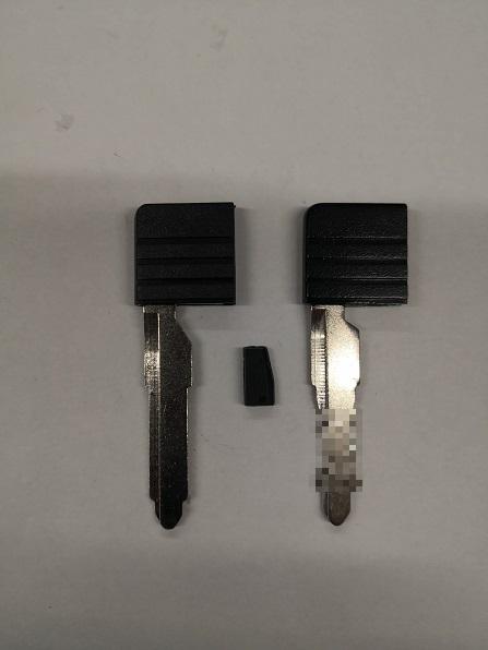 左がブランクキーで真ん中のがイモビライザーチップ