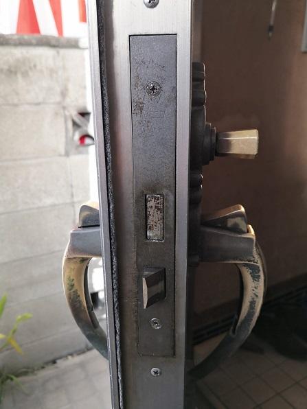 何といってもこの装飾錠の特徴である巨大な錠ケース。こんなに大きくしなくてもいいのに・・・