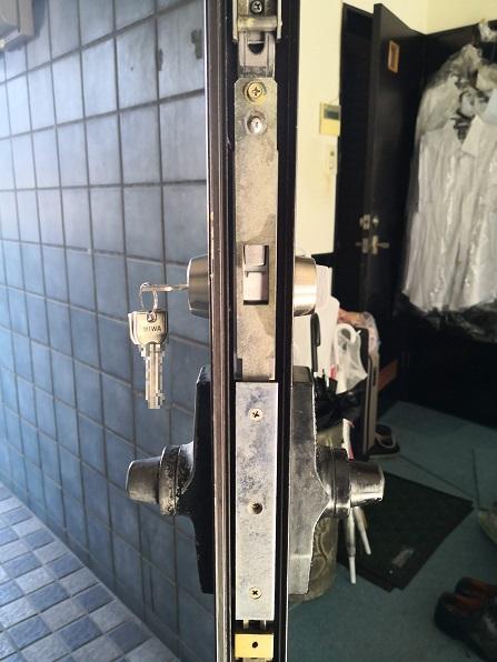 グレモンハンドルが水平状態だとフロント板がズレてデッドボルトが出ない