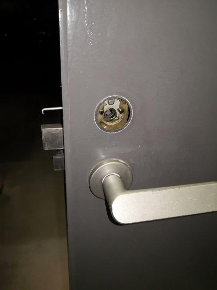 シリンダーを外したところ。ピンとビス用の穴が2カ所見えます。