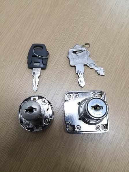 右が交換する ARMSTRONG アームストロングの面付シリンダー錠