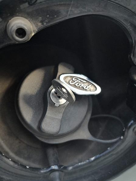 給油口のFordのロゴをずらすと鍵穴が出てきます。