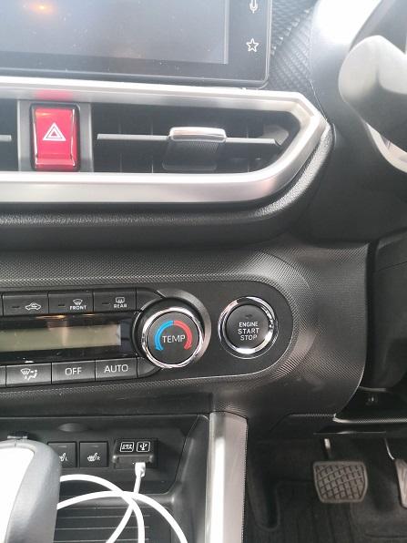 プッシュスタートボタンはハンドル左側です。