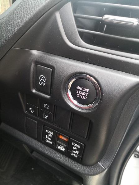 プッシュスタートボタンはハンドル右側