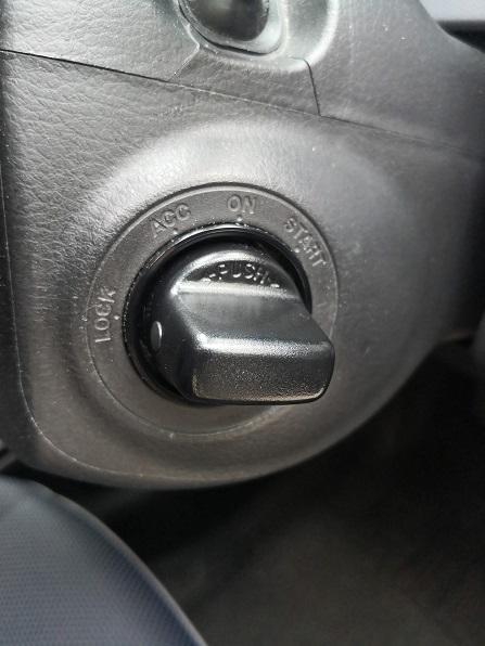 左右にあるボタンをつまみながら手前に引くとツイストノブが外れます