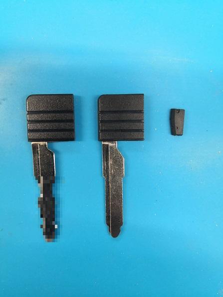 真ん中がカット前のブランクキーで、右にあるのがイモビライザーのクローンチップ