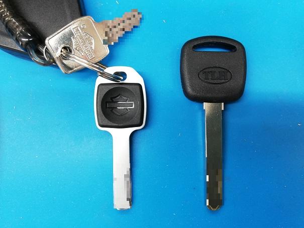 中央がハンドルロックの元鍵で右側が作製した合鍵