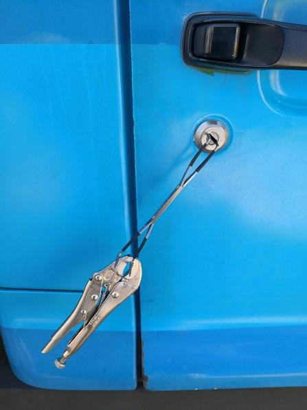 ピッキング後、鍵穴が戻らないようにバイスプライヤーで固定