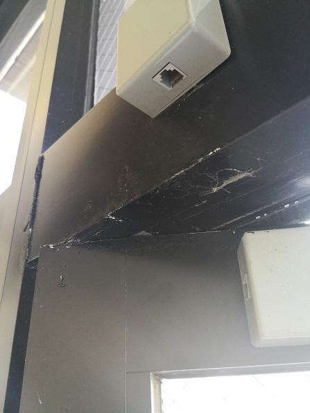 ドア上端と上枠が接触しており塗装面に傷が付いています。